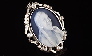 cameo of a ladys et in white gold pendant with pearls