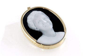 portrait cameo of a mother in white black agate set in yeloow gold pendant