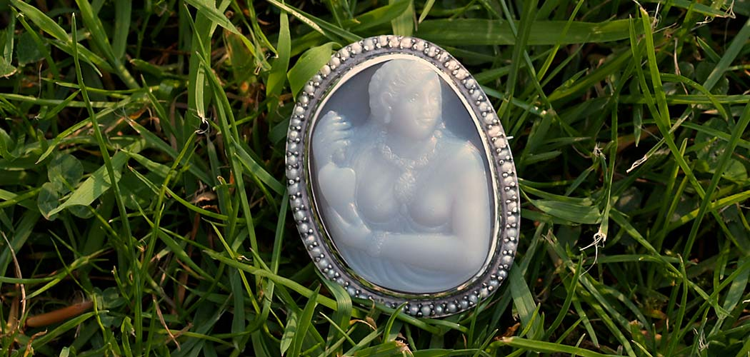 pocahontas-cameo-for-queen-elizabeth-grass-1050×500