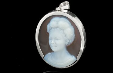 white-brown-cameo-pendant
