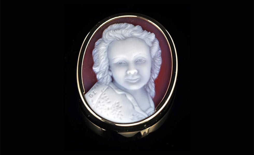 white-on-red-cameo-necklace-of-lady-lg