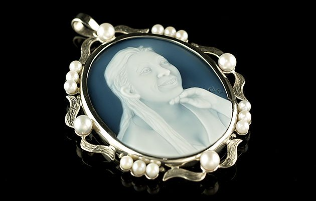 cameo-pendant-with-Pearl-surround_med