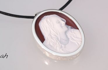 wedding-cameo-pendant-for-a-bride