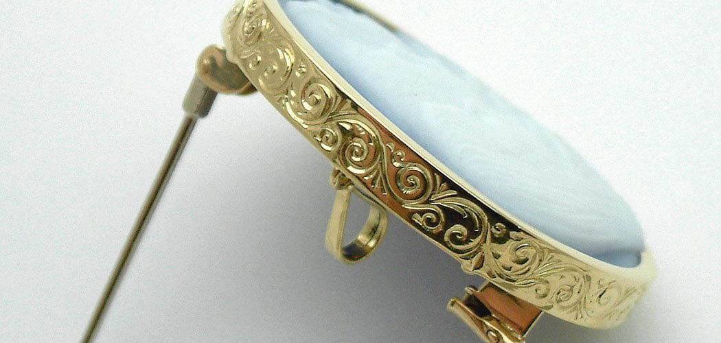 engraved-scroll-detail-cameo-setting-side-wide