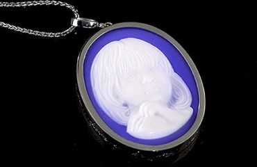 custom-made-blue-cameo-necklace-in-platinum