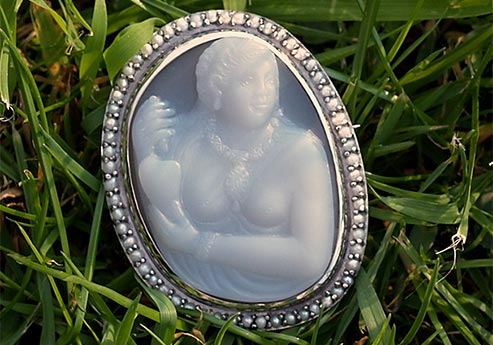 pocahontas-cameo-for-queen-elizabeth-grass