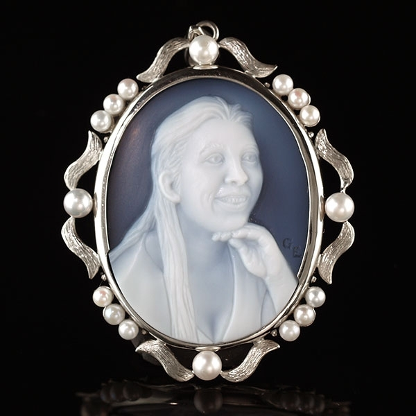 cameo-necklace-with-pearls-wedgewood-blue-front-sq