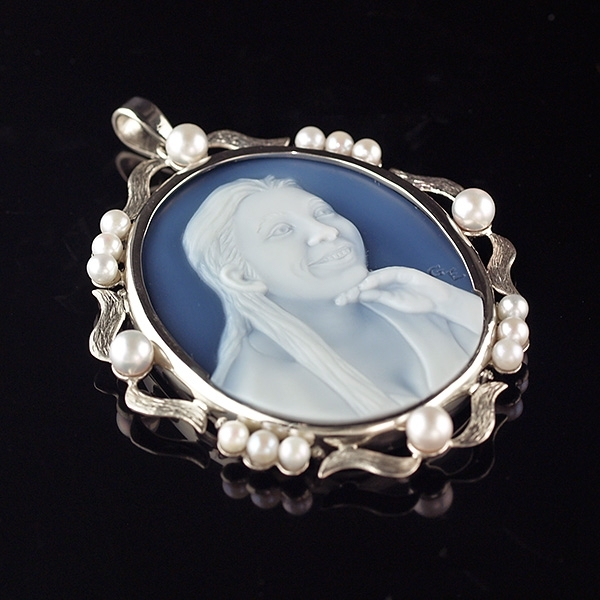 cameo-necklace-with-pearls-wedgewood-blue-gemstone-sq