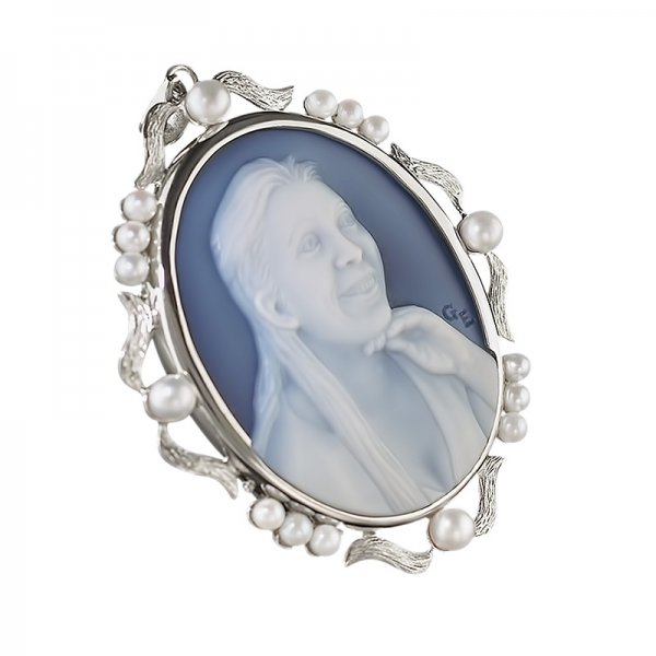 cameo-necklace-with-pearls-wedgewood-blue-white
