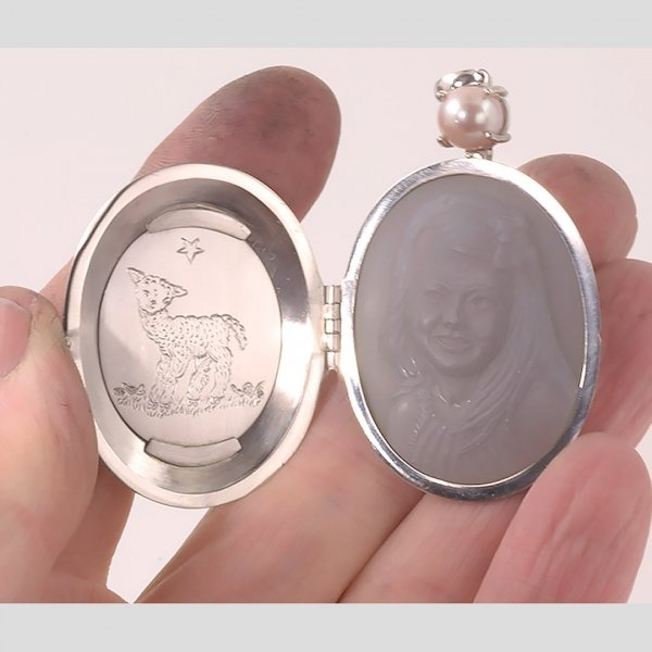platinum-locket-gray-cameo-portrait-sq