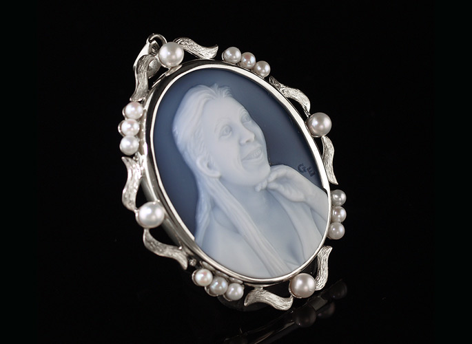portrait-cameo-with-pearls-white-gold-feat