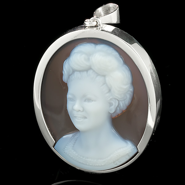 white-brown-cameo-pendant-blk-sq