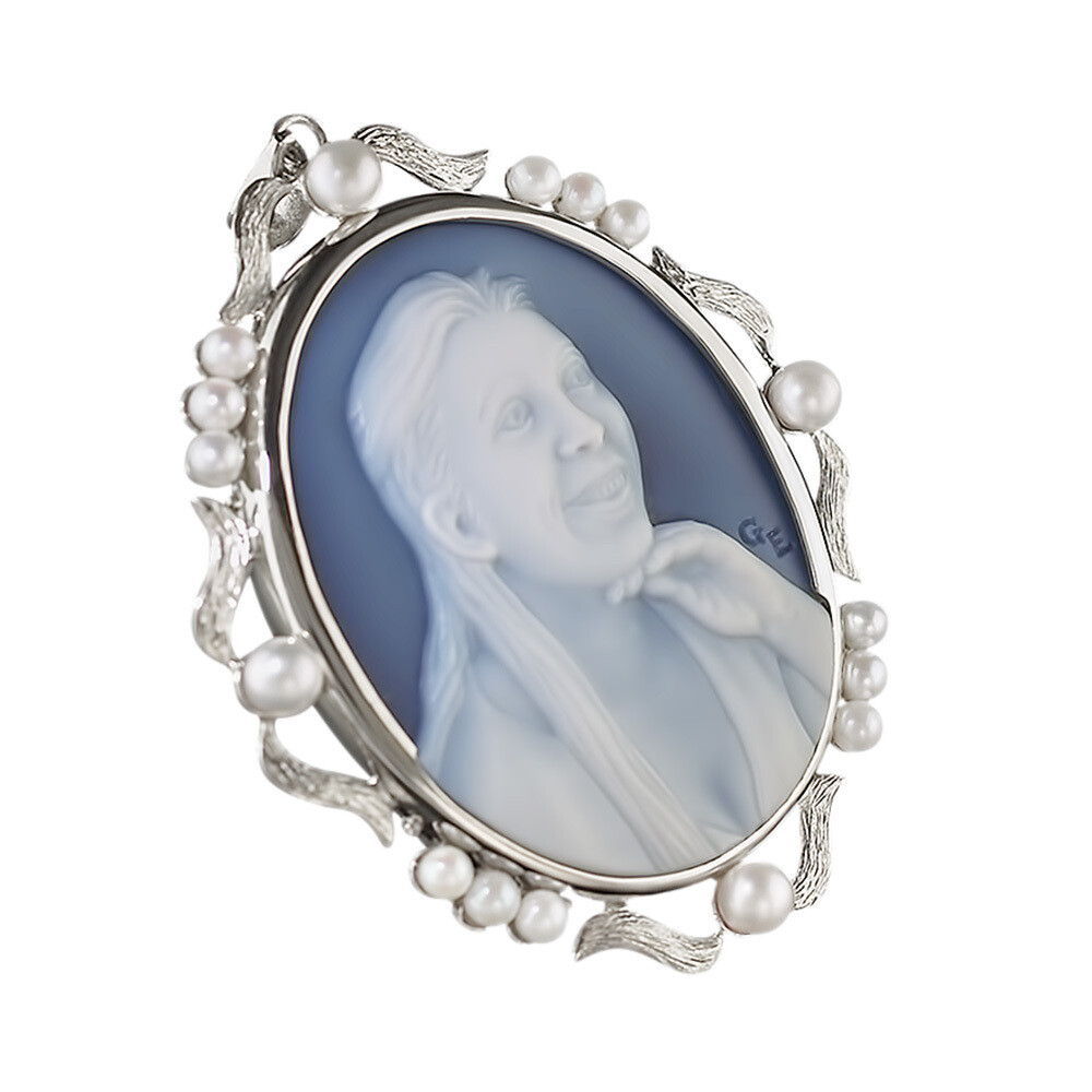 Cameo Pendant in White Gold with Pearls