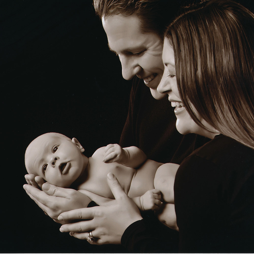 newborn-baby-mother-father-pic-1k-sq